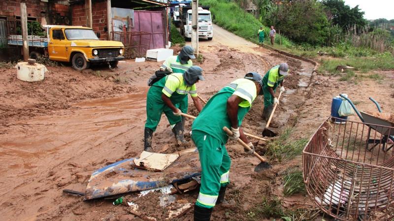 Equipes trabalham para limpar e organizar a cidade após os estragos causados pelas chuvas