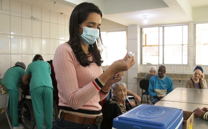 Saúde de Fabriciano inicia a imunização de idosos com a 3ª dose contra Covid