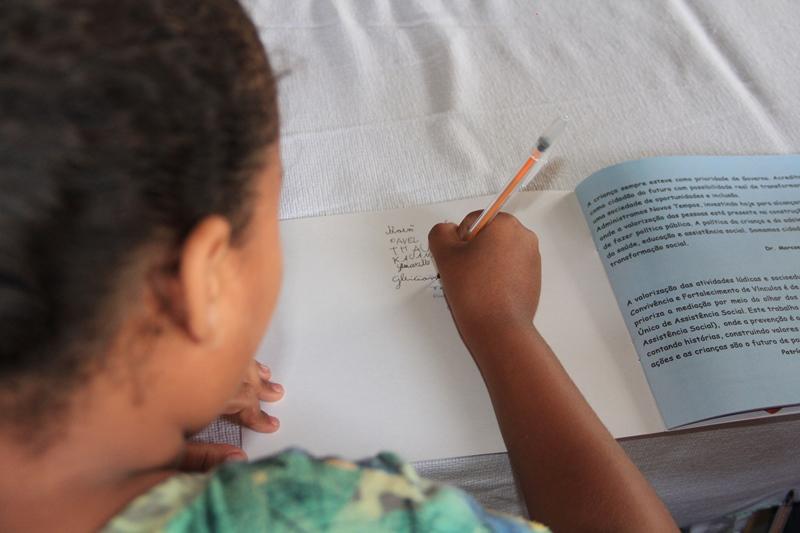 Assistência Social realiza tarde de autógrafos em Fabriciano
