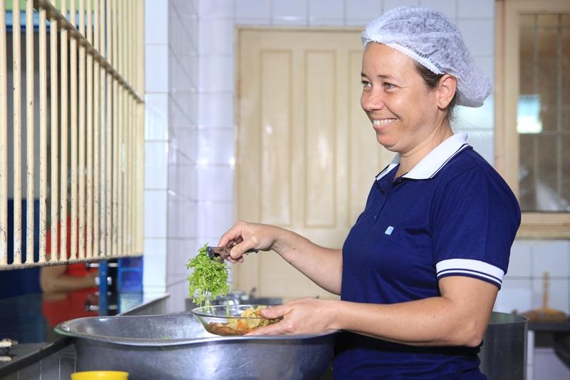 CAE entrega selo de qualidade para cozinhas escolares de Fabriciano